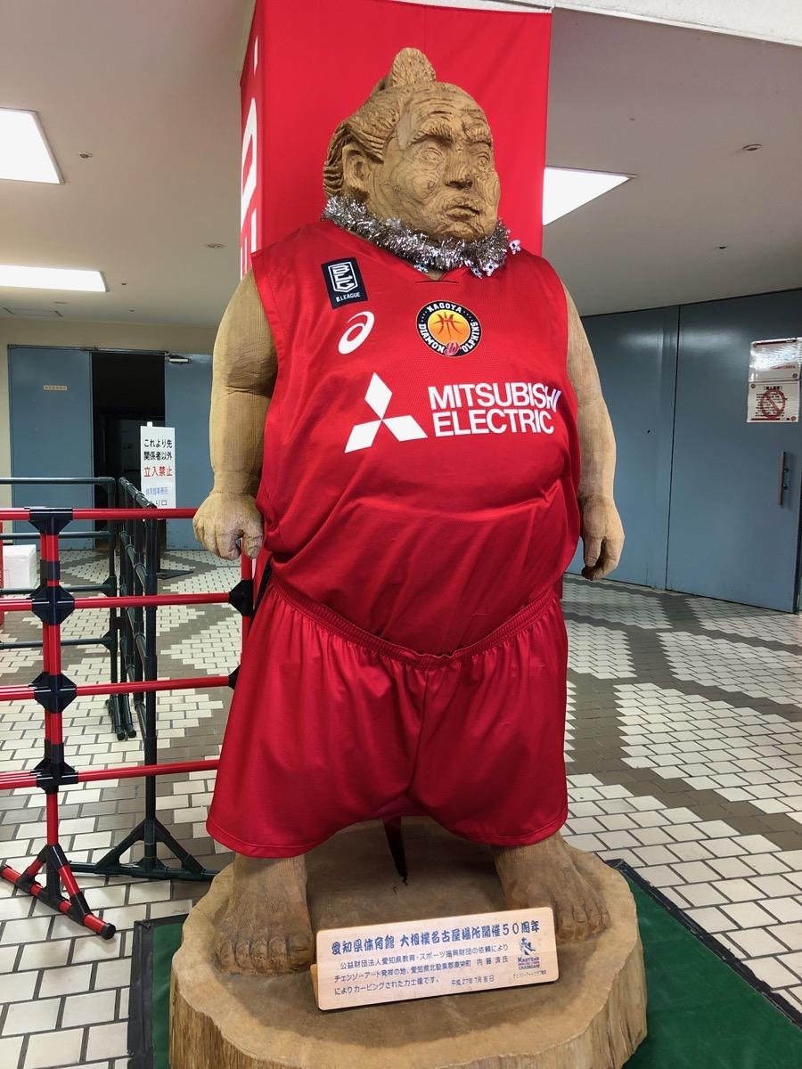 Bリーグの試合がある時のドルフィンズアリーナの力士像